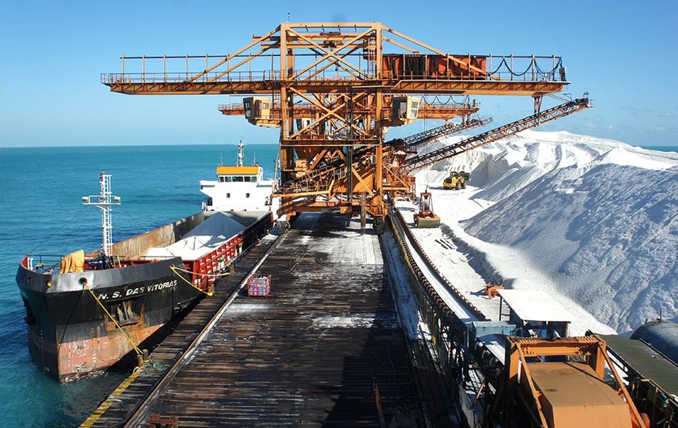 Porto-Ilha, no RN, é o único terminal salineiro do mundo que funciona sobre uma plataforma instalada no meio do oceano (Foto: Anderson Barbosa/G1)