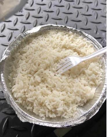 Rapaz pede frango à parmegiana e recebe quentinha só 'com arroz' e imagens viralizam nas redes sociais