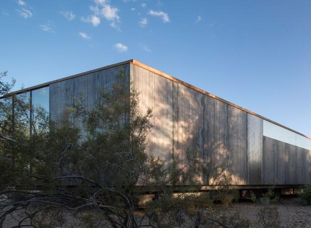 Em formato retangular, o estúdio fica cercado por montanhas e pelo deserto do Arizona (Foto: Winquist Photography)