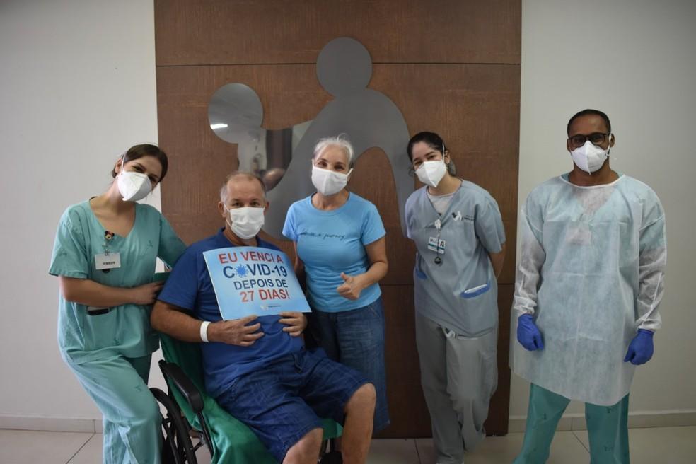 Paciente recebeu homenagem da equipe do hospital em Blumenau — Foto: Hospital Santo Antônio/ Divulgação
