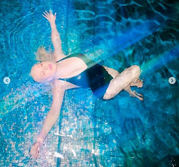 A cantora Christina Aguilera na piscina de casa durante seu período em quarentena (Foto: Instagram)