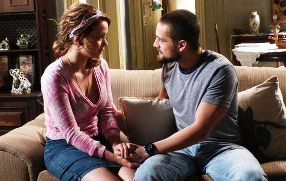 Cristina (Leandra Leal) deixa Vicente (Rafael Cardoso) surpreso ao mudar de ideia sobre festa - 'Império' — Foto: Globo