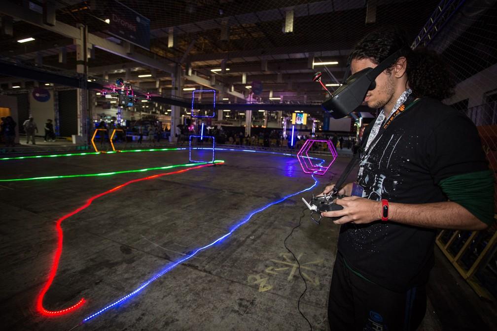 Campuseiro pilota um drone na arena de drones da Campus Party 2019, que fica na área aberta ao público — Foto: Fábio Tito/G1