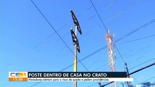 Poste dentro de casa no Ceará corre o risco de cair; distribuidora de energia diz que construção é irregular