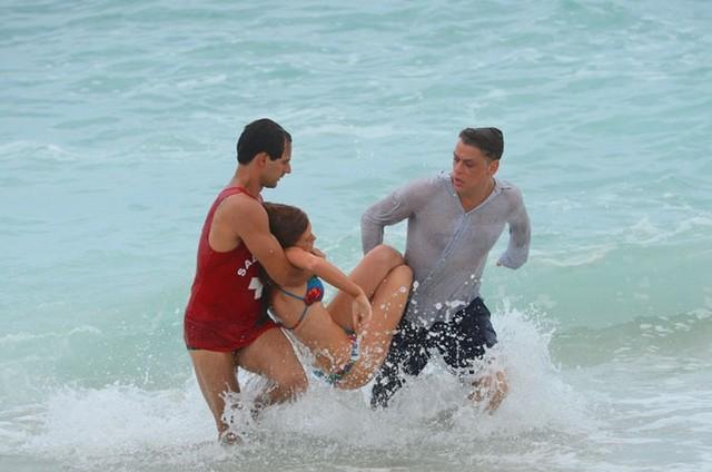 Cena do afogamento de Eliza (Marina Ruy Barbosa) (Foto: TV Globo)