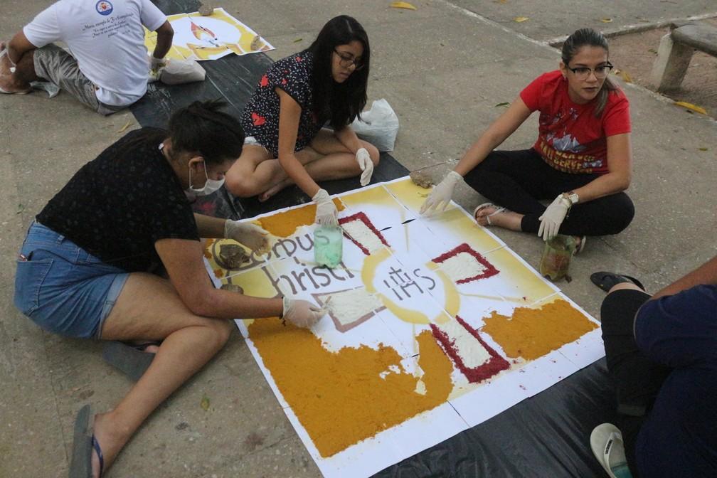 Fiéis se unem para a confecção dos tapetes de Corpus Christi em Tersesina (PI) (Foto: Roberto Araujo/G1)