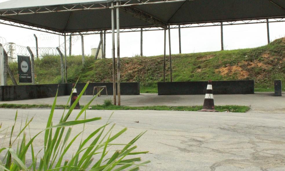 Área de espera de visitantes na entrada do complexo penitenciário de Manaus vazia um mês após massacre — Foto: Eliana Nascimento/G1 AM