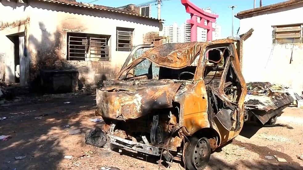 Incêndio destruiu o veículo da associação em Araçatuba — Foto: Reprodução/TV TEM