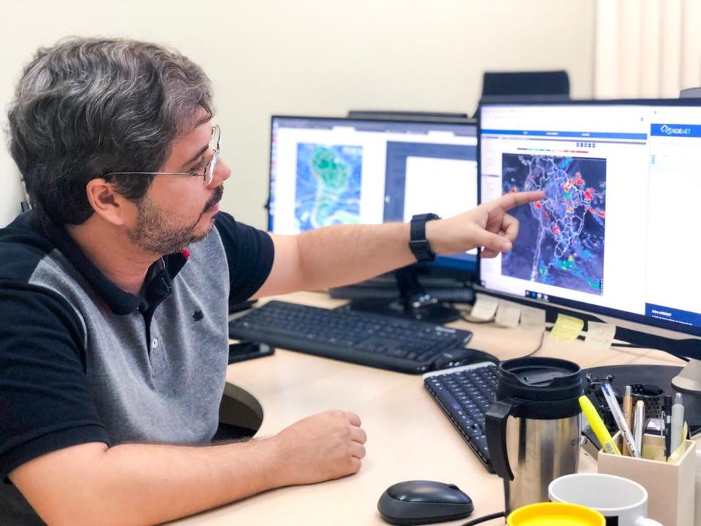 Professor Weber Andrade Gonçalves, do Departamento de Ciências Atmosféricas e Climáticas da UFRN, explica ocorrências de raios em Natal — Foto: Mariana Rocha/Inter TV Cabugi