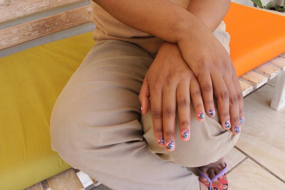 """""""Temos vários pincéis para desenhas nas unhas. Uma amiga detenta é manicure"""", conta Edlayna — Foto: Marília Moraes/G1"""
