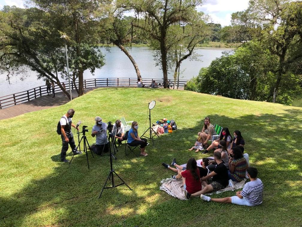 Repórter Ana Zimmermann  grava o Globo Repórter em Curitiba — Foto: Globo Repórter/ Reprodução