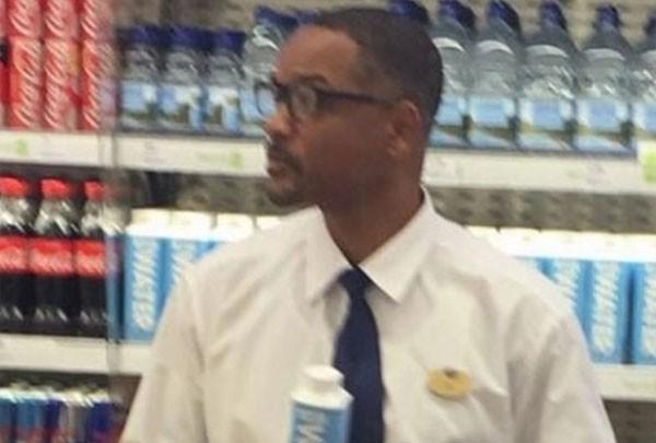 Will Smith veste uniforme de farmácia em Londres para divulgar água mineral (Foto: Reprodução/Twitter)