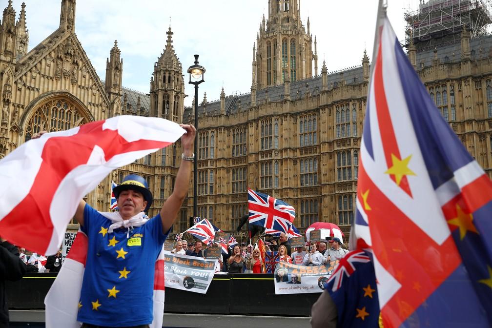 Manifestantes a favor (ao fundo) e contra (à frente) o Brexit perto do PArlamento britânico, em Londres, em setembro — Foto: Reuters/Hannah McKay
