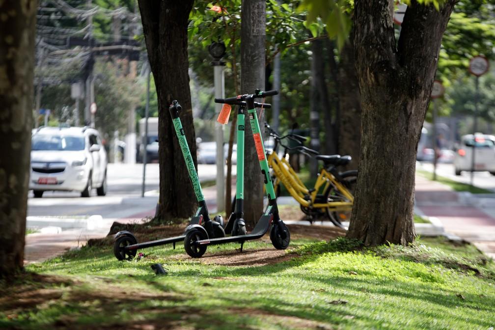 Patinetes e bicicletas compartilhadas na Avenida Luís Carlos Berrini, em São Paulo — Foto: Marcelo Brandt/G1