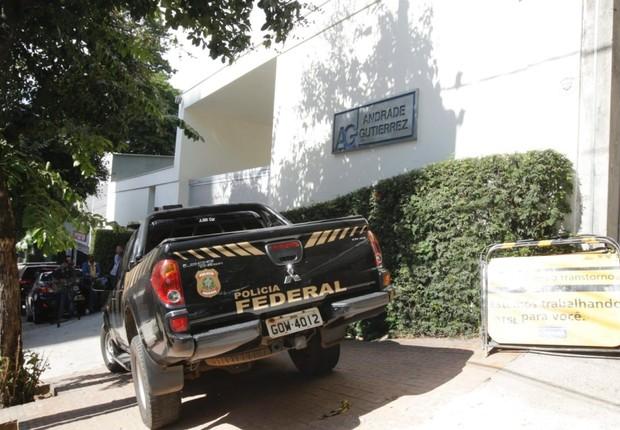 Carros da Polícia Federal diante da sede da empreiteira Andrade Gutierrez em ação da Operação Lava Jato (Foto: Reprodução/Twitter)