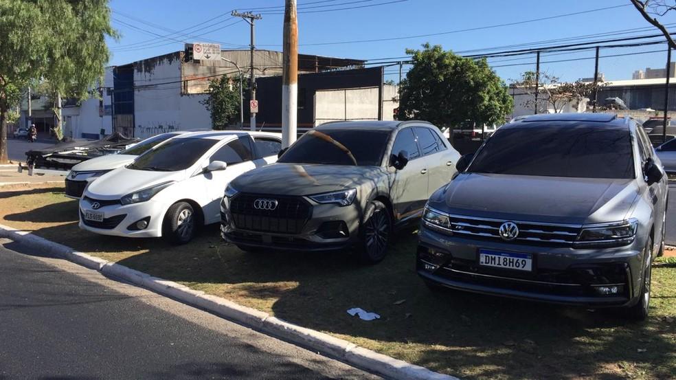 Sete carros e um jetski foram apreendidos em operação da Polícia Civil de São Paulo contra suspeitos de lavagem de dinheiro do tráfico de drogas  — Foto: Abrahão Cruz/TV Globo