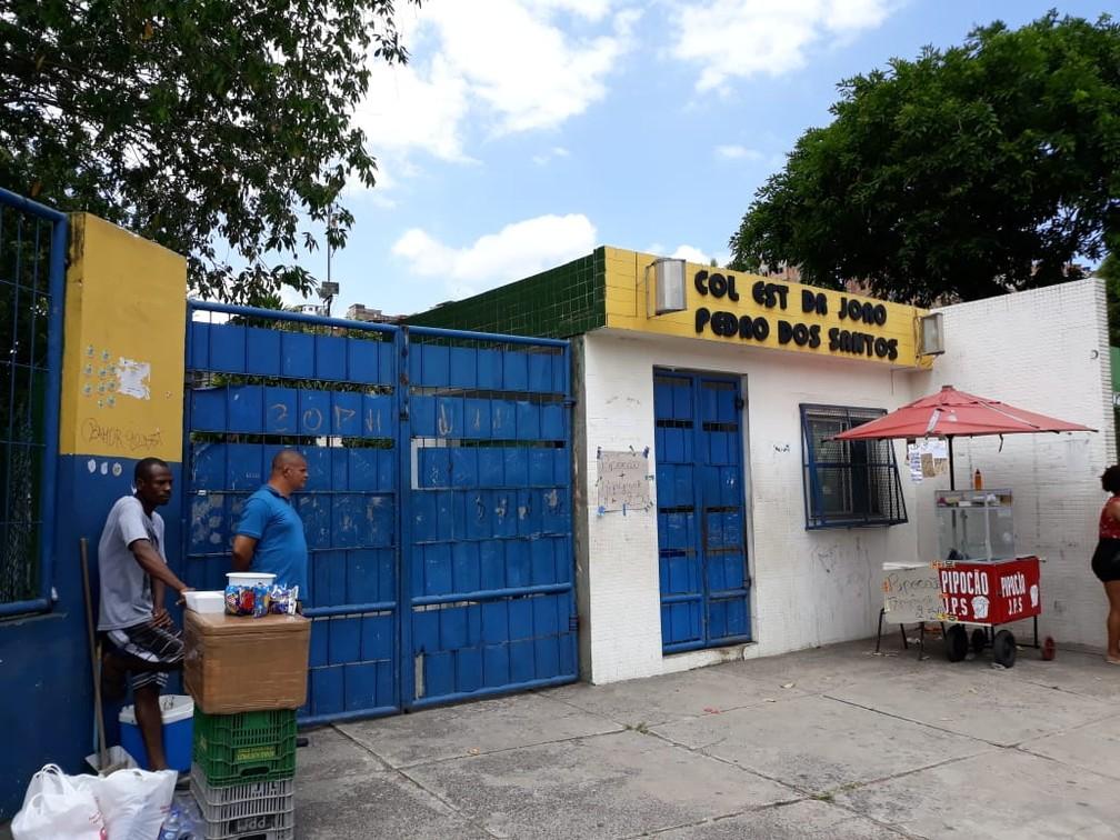 Simoni tentou fazer a prova no Colégio Estadual Dr. João Pedro dos Santos, que fica na Avenida Bonocô, em Salvador — Foto: Alan Oliveira/ G1