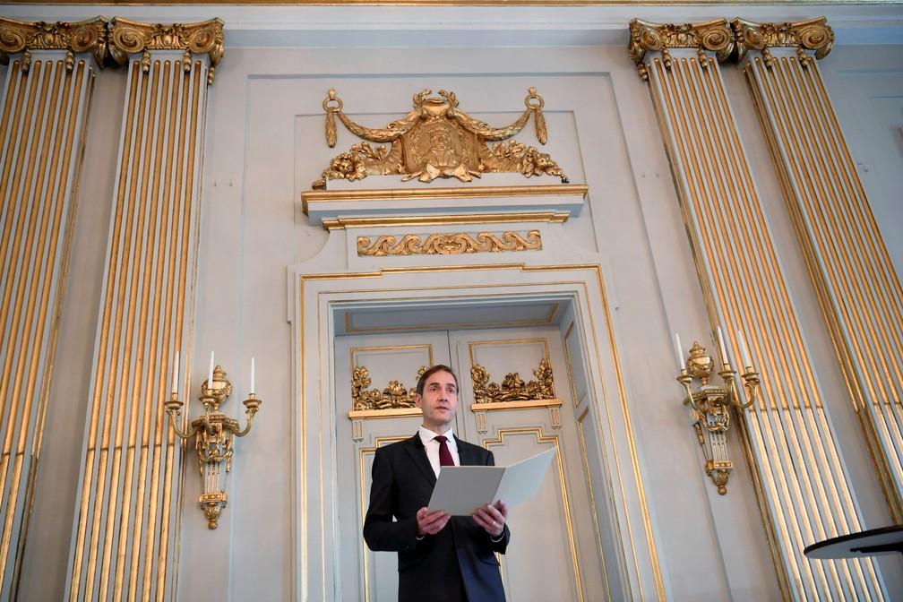 Mats Malm, secretário permanente da Academia Sueca, anuncia o nome de Abdulrazak Gurnah como vencedor do Nobel de Literatura 2021 — Foto: Fredrik Sanberg/TT News Agency/via REUTERS