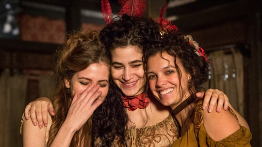 'Meninas do bordel' curtem clima de amizade nas gravações do spin-off de 'Liberdade'