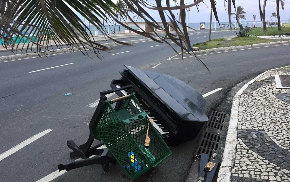 Piano de cerca de R$ 18 mil foi abandonado na orla de Salvador (Foto: Adriana Silva/Arquivo Pessoal)