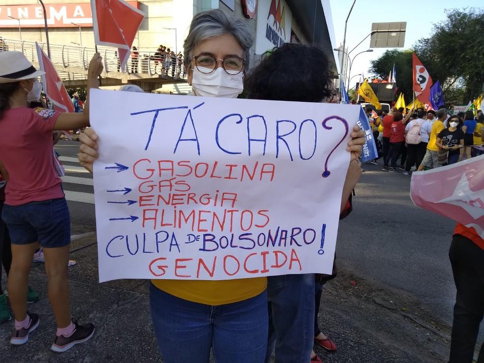 Manifestantes usa cartaz contra aumento dos preços de alimentos e outros insumos em Natal.  — Foto: Julianne Barrêto/Inter TV Cabugi