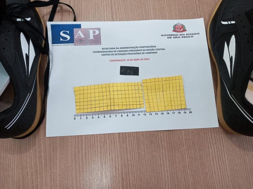 Ao todo, os agentes encontraram 240 unidades da droga sintética K4 no tênis — Foto: Secretaria da Administração Penitenciária (SAP)/Divulgação