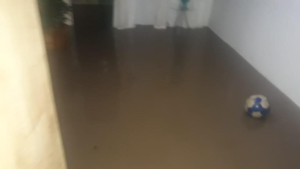Casa de Nathalia foi invadida por água da chuva em Jacobina — Foto: Conceição Ferreira/Arquivo Pessoal