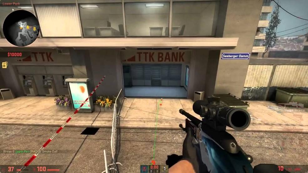 Os caixas eletrônicos no banco do mapa Overpass despejam dinheiro no modo Mata-Mata do game — Foto: Reprodução/CS:GO