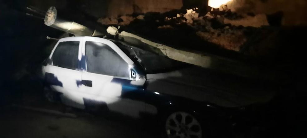 Muro cai sobre carro em Biguaçu na noite desta segunda-feira (28) — Foto: Corpo de Bombeiros/Divulgação