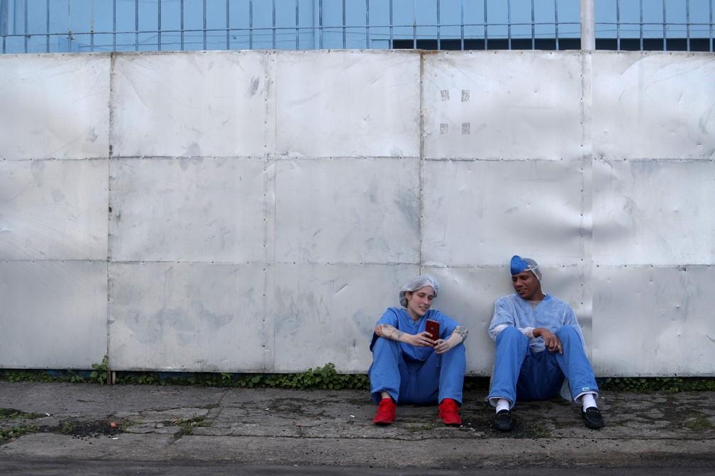 12 de maio - A médica Luciana Souza e o enfermeiro Edson dos Santos conversam durante intervalo em um hospital de campanha criado para tratar pacientes com coronavírus (COVID-19), em Guarulhos, São Paulo — Foto: Amanda Perobelli/Reuters