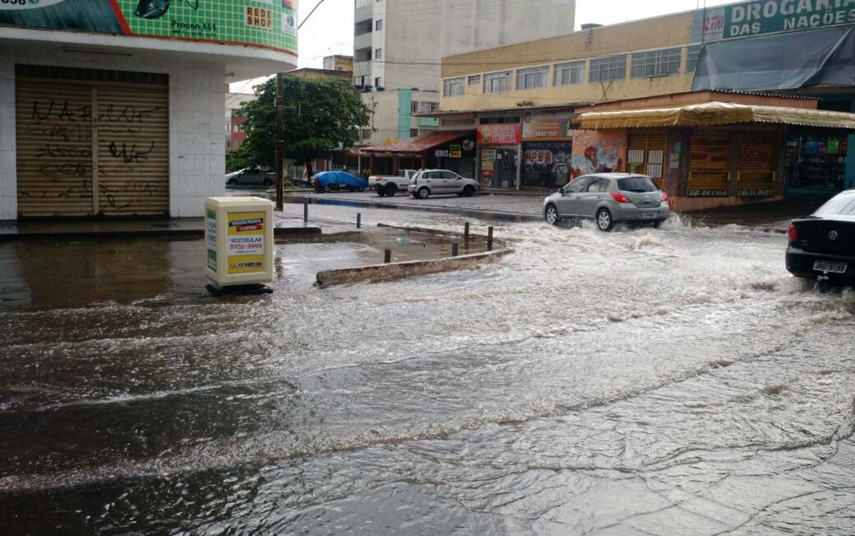 Chuva causa apagão, inunda ruas e derruba placas em Taguatinga, no DF