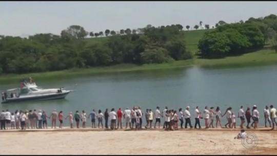 Moradores protestam contra a qualidade da água do Rio Tietê na região de Sabino