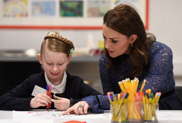 LONDON, ENGLAND - MARCH 7:  Catherine, Duchess of Cambridge speaks to Ruby, a pupil from Albion Primary School, as she officially opens the new headquarters of children's mental health charity Place2Be on March 7, 2018 in London, England.  (Photo by  Vict (Foto: Getty Images)