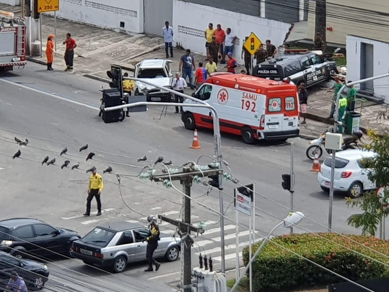 Viatura da polícia bate em carro de passeio e derruba muro na Av. Fernandes Lima, em Maceió - Notícias - Plantão Diário