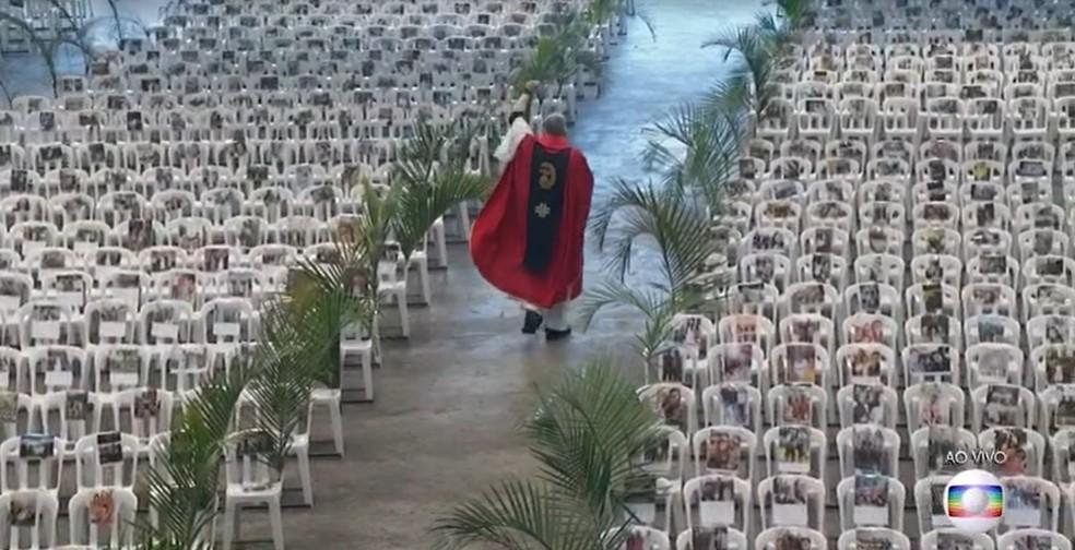 Padre Marcelo Rossi durante missa no Santuário Mãe de Deus neste domingo (5): cadeiras ocupadas com fotos de profissionais de saúde  — Foto: TV Globo/Reprodução