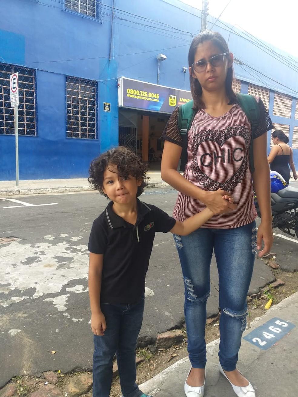 Fabíola Conceição com o filho, após terminar a prova no Centro de Manaus — Foto: Arquivo pessoal