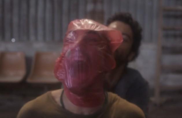 Hermano (Gabriel Leone) foi sequestrado e torturado por Simplício (Lee Taylor) em 'Onde nascem os fortes' (Foto: Reprodução TV Globo)
