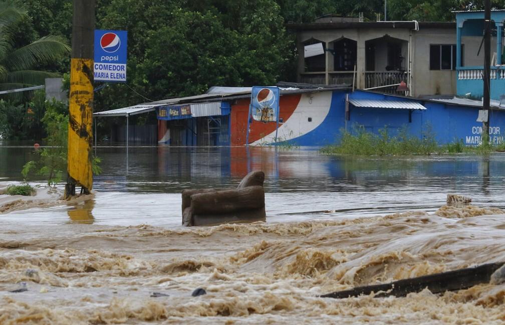 Rua de La Lima, em Honduras, alagada nesta quarta-feira (18) após passagem das tempestades Iota e Eta — Foto: Delmer Martinez/AP Photo