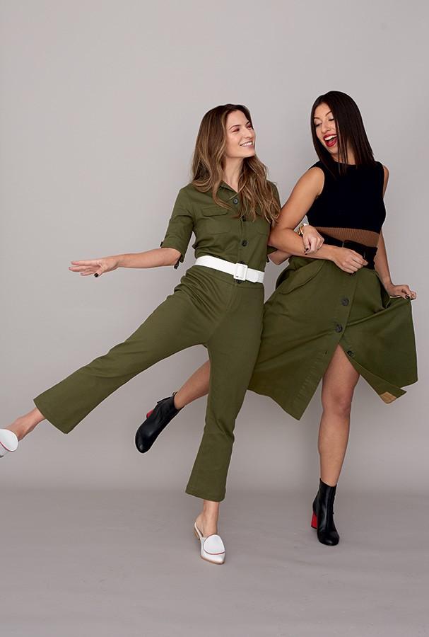 A editora de lifestyle Nathalia Fuzaro usa macacão Sissa. A editora digital Larissa Gargaro usa tricô Osklen e saia Sissa (Foto: Takeuchiss)