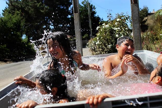 Crianças se divertem na água  (Foto: Joe Raedle/Getty Images)
