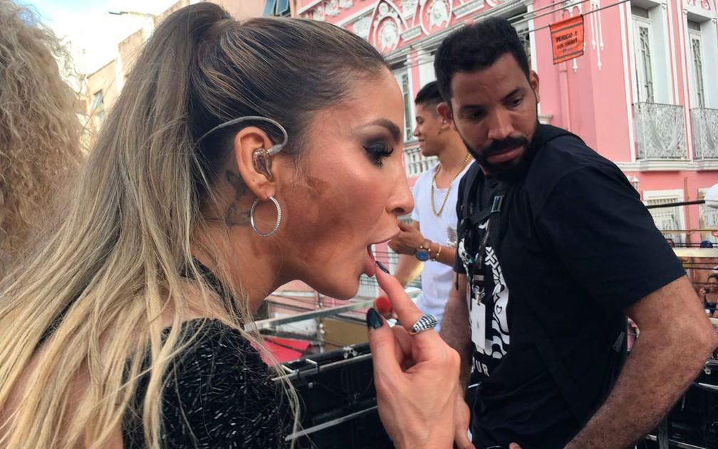 Claudia mostra o rosto com a maquiagem de Jojo Todynho (Foto: Henrique Mendes/G1)