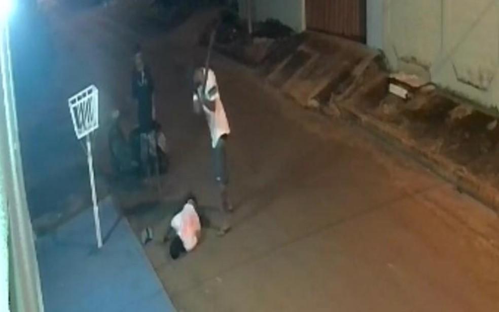 Homem é espancado e esfaqueado até a morte em rua de Aparecida de Goiânia — Foto: Reprodução/TV Anhanguera