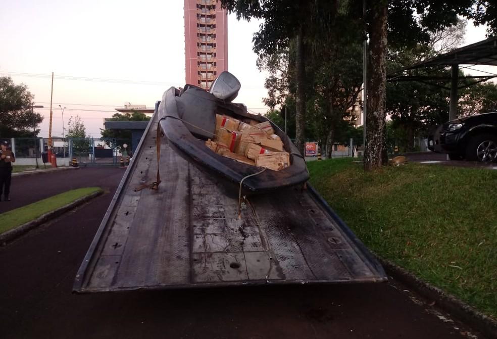 A embarcação com 1.021 de maconha foi encontrada abandonada às margens do Lago de Itaipu e levada para a Delegacia da PF em Foz do Iguaçu — Foto: PF/Divulgação