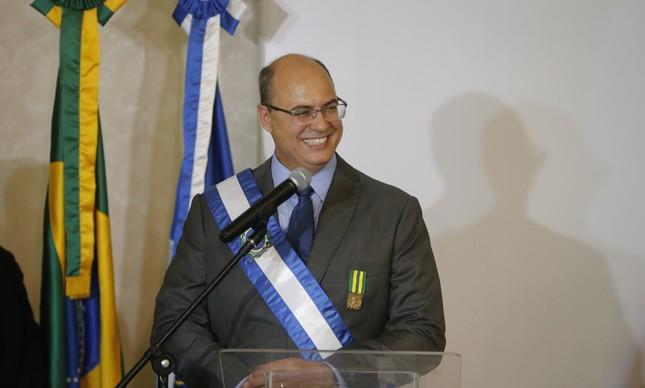 Witzel gostava de usar uma faixa de governador do Estado elaborada por ele
