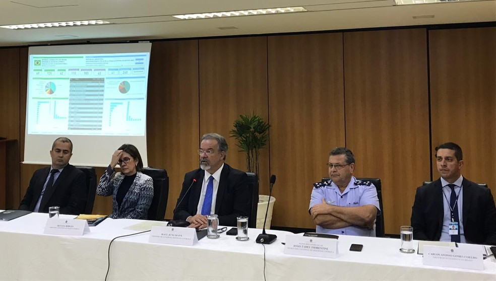 Ministro da Segurança Pública, Raul Jungmann, em entrevista coletiva com balanço das operações 'Luz da Infância' e 'Atalaia' — Foto: Gabriel Palma/TV Globo