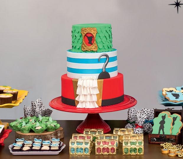 O bolo – No centro da mesa, o doce recheado de baunilha e doce de leite foi coberto de pasta americana com ícones do tema. (Foto: Thais Galardi/GNT)