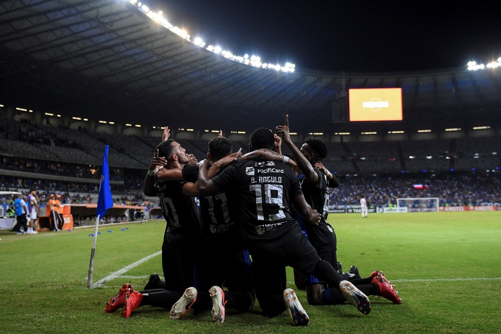Jogadores do Emelec comemoram gol na vitória sobre o Cruzeiro, no Mineirão — Foto: EFE/ Yuri Edmundo