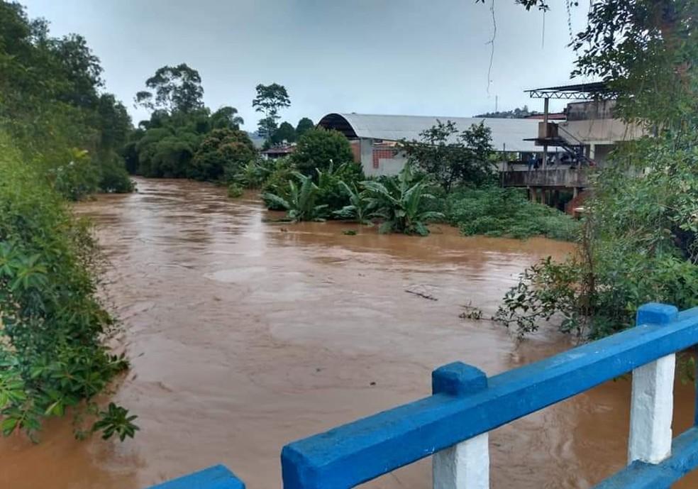 Aumento do nível do Rio Carangola afetou a produção de água em Porciúncula. — Foto: Ascom/Porciúncula