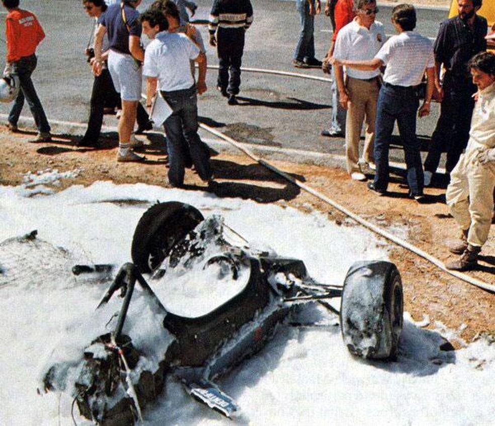 Carro de Ghinzani se partiu ao meio após acidente em Kyalami — Foto: Reprodução