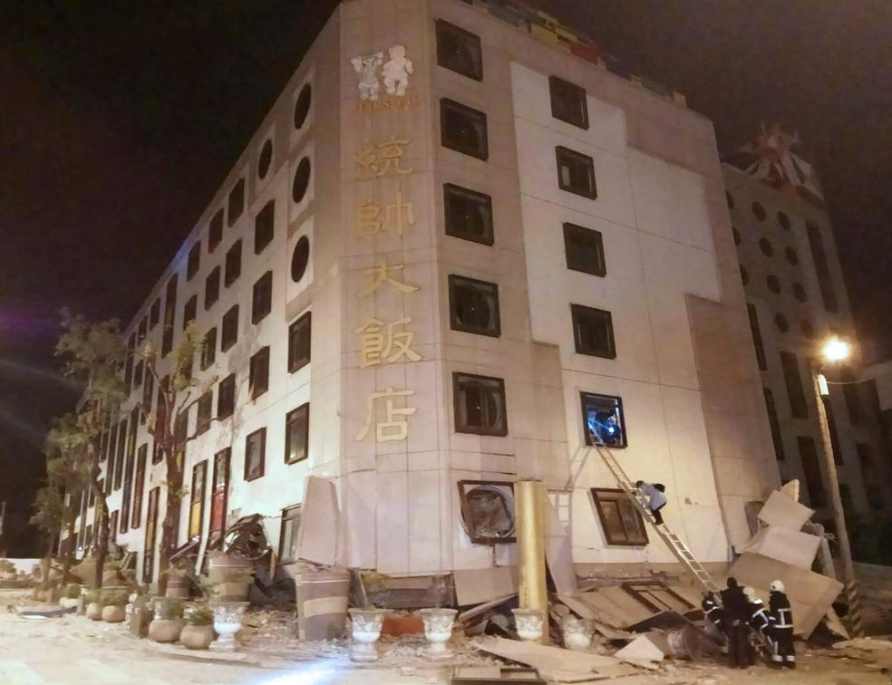 Equipes de resgate buscam pessoas soterradas após desabamento parcial do Hotel Marshal em Hua-lien, em Taiwan (Foto: STR / AFP)